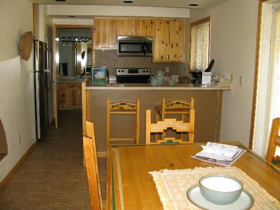 Rams Horn Village Resort: kitchen and dining area