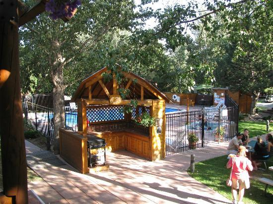 Rams Horn Village Resort: Pool, spa and picnic tables