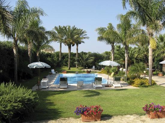 Giardino con piscina foto di villa nika marsala - Foto ville con giardino ...