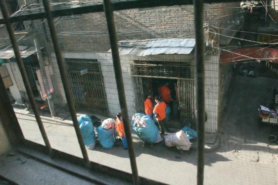 Luado Youth Hostel: Blick aus dem Fenster; Müll Sortierungsstelle