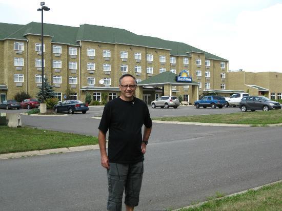 Days Inn & Conference Centre Oromocto : Devant le Days Inn on peut marcher grand à l'entours.