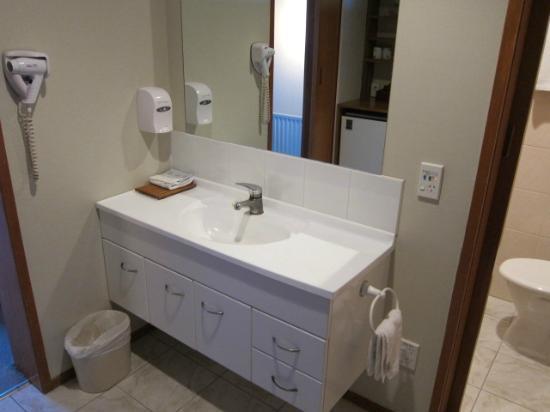SilverOaks Hotel Geyserland: 洗面台の様子