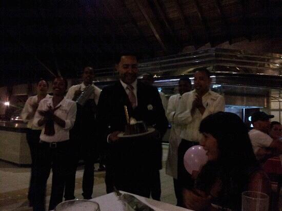 Majestic Colonial Punta Cana: El bizcocho preparado por chef Socorro y entregado por Ogledy y cantando felz cumpleanos. gracia