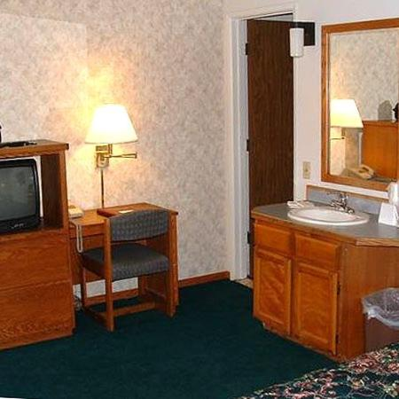 Cedarwood Inn: Guest Room