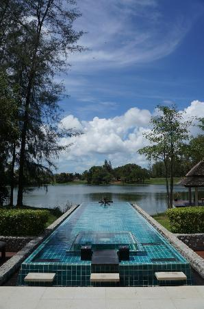Banyan Tree Phuket: Pool & Jacuzzi overlooking the lake