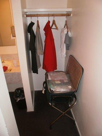Riverside Inn Dallas:                                     Closet