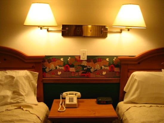 Main Street Motel: bright lights by the beds