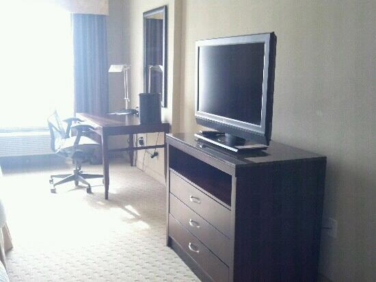 Hilton Garden Inn DFW North Grapevine: desk & tv
