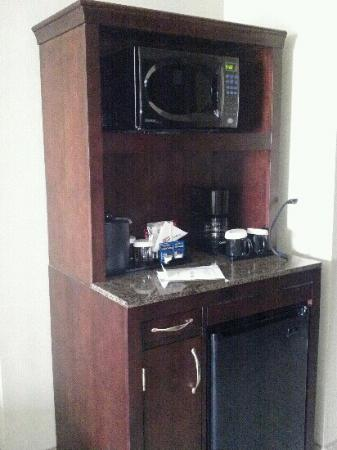 Hilton Garden Inn DFW North Grapevine: fridge & microwave