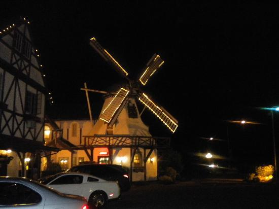 Auld Holland Inn: a view at night!