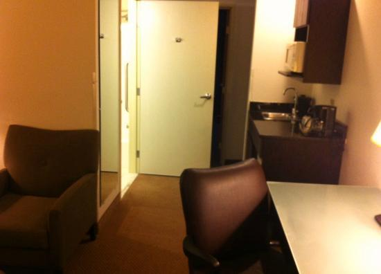 Holiday Inn Express Hotel & Suites Chicago-Deerfield/Lincolnshire: view from door into room