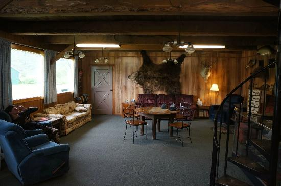 Saltery Lake Lodge: Comfy Living room.