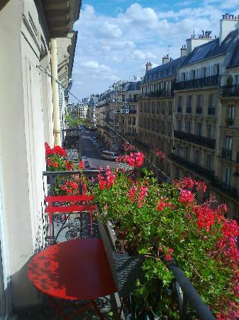 New Orient Hotel: Balcony has a small table & 2 chairs