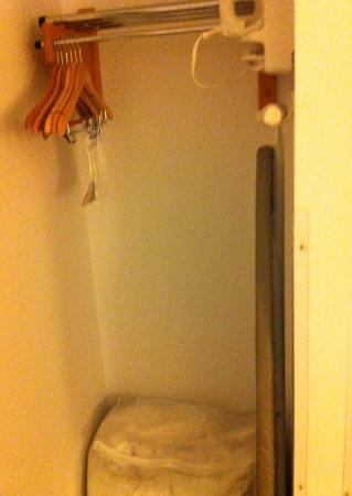 Holiday Inn Express Hotel & Suites Chicago-Deerfield/Lincolnshire : Closet outside of bedroom adjacent to bathroom