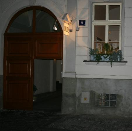 Unitas Hotel: The entrance at night.