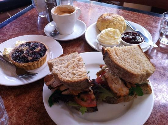 Conservation Hut : Roast chicken sandwich, scone & frangipani tart