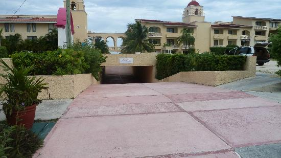 All Ritmo Cancun Resort & Waterpark: Tunnel to and from water park