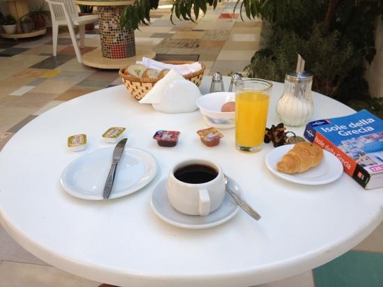Cyclades Hotel and Studios: breakfast in giardino!!
