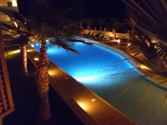 Santa Marina Plaza: The vieu of the pool in the evening