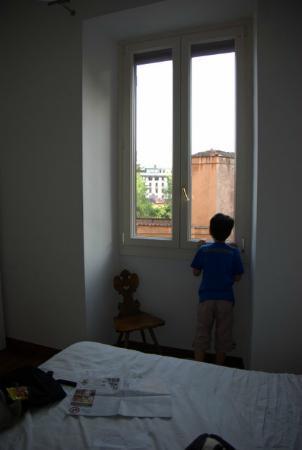フェリッズ イン ローマ, 部屋から窓の外を眺める