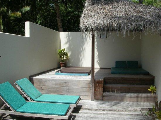 Meeru Island Resort & Spa: rear deck with jacuzzi