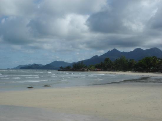 Sea View Resort & Spa Koh Chang: Strand, Blickrichtung Kai Bae