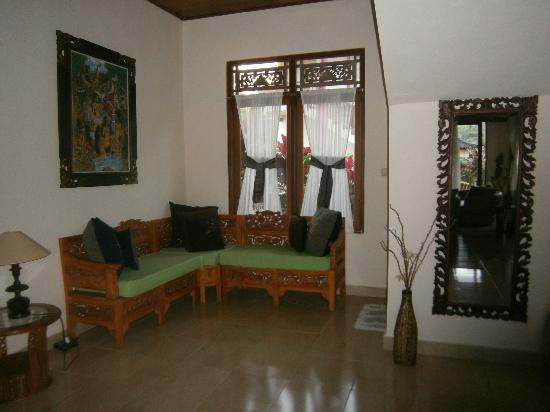 Villa Agung Khalia: Bottom floor day bed