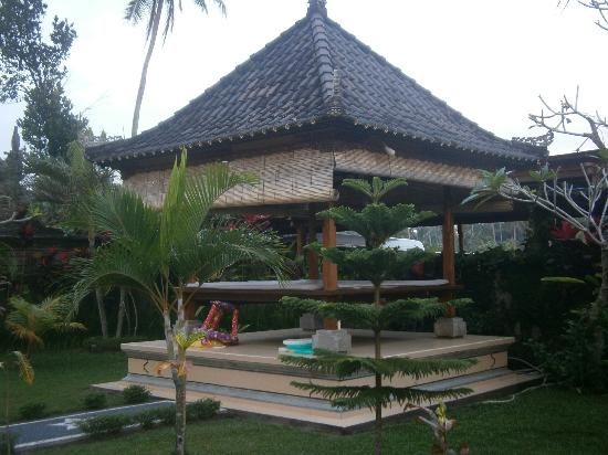 Villa Agung Khalia: Day bed by pool