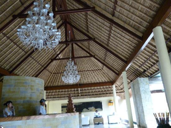 Komaneka at Rasa Sayang: レセプションの天井