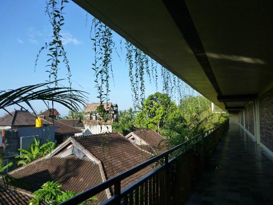 Komaneka at Rasa Sayang: 部屋の前の廊下