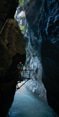Meiringen, Suisse : Narrow trail through the gorge