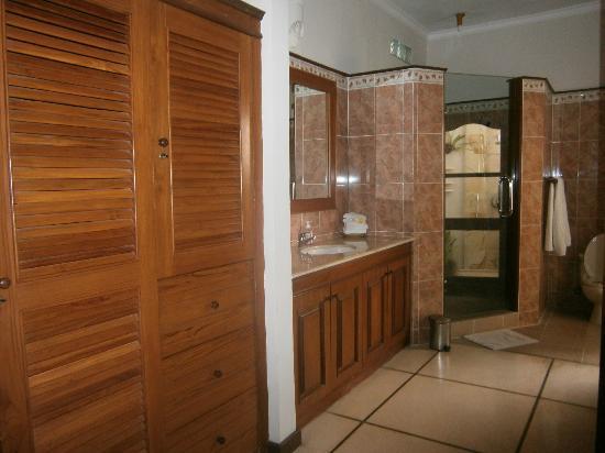Emerald Villas: Bathroom