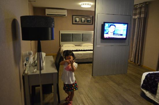 Euro Rich Hotel Melaka: 2 + 1 room, the floor lamp is plainly for decorating purposes, has no light bulk in it. > <