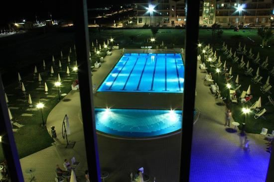 Roses Hotel: La piscina by night