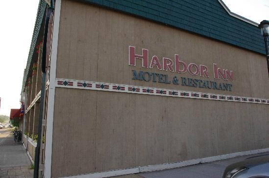 Harbor Inn Restaurant & Motel: Side facing lake