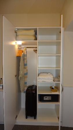 Unitas Hotel: Closet セーフティーボックス内にはコンセントがあり、ノートPCを収納しながら充電もできます。