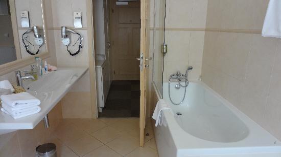 Unitas Hotel: Bathroom with bathtub