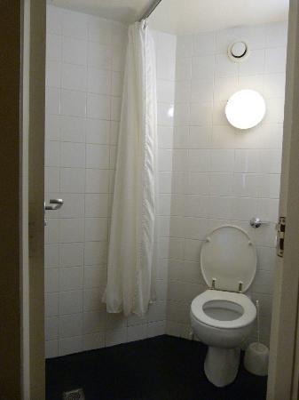 Masson House : Bagno micro con doccia senza piatto doccia