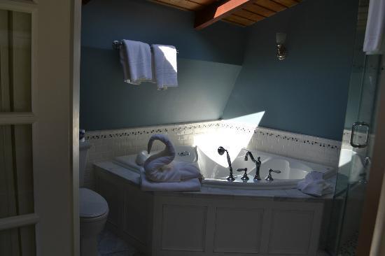 Cliffside Inn: Whirlpool tub-The Loft