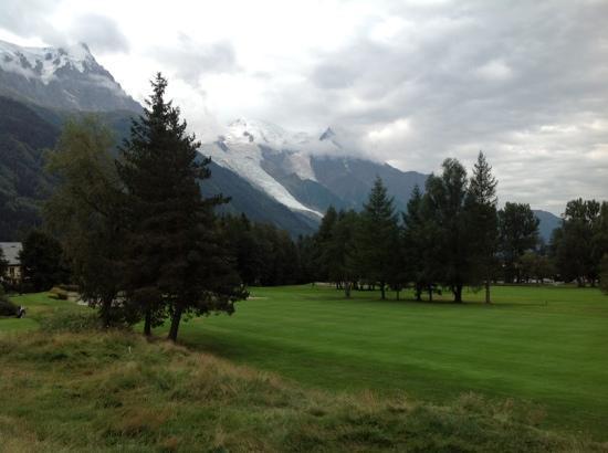 Le Labrador Hotel: vue de la chambre sur le golf et le Mont Blanc