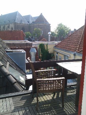Onder de Peperbus : On balcony