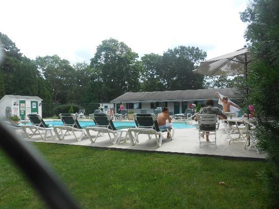 Falmouth Heights Motor Lodge: Pool Area