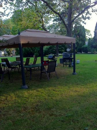 Falmouth Heights Motor Lodge: BBQ area