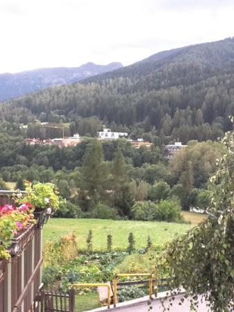 Sporting Hotel Ravelli: vista dell'hotel da Mezzana