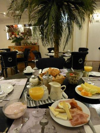 Hotel Les Arcades: 部屋を出るとすぐ朝食