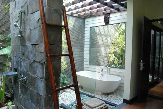 Rumah Santai Villas: Bathroom with 2 showers and bath