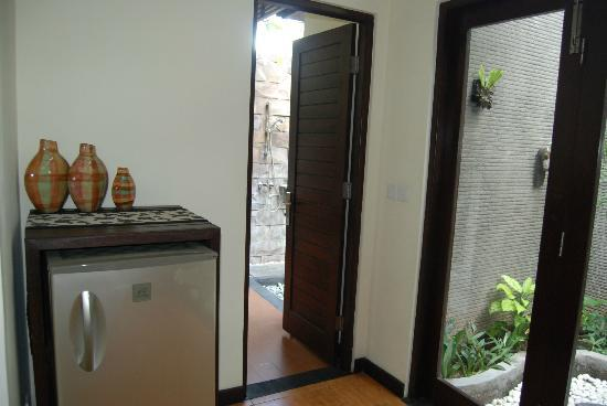 Rumah Santai Villas : Kitchen view to bathroom