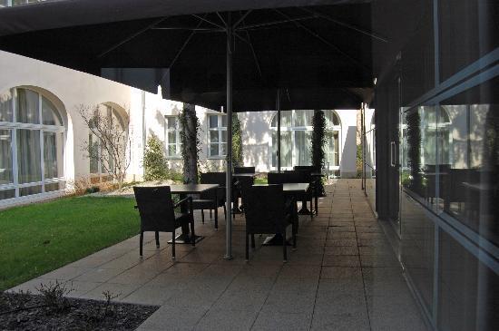 Buda Castle Fashion Hotel: Il bar sul giardino interno