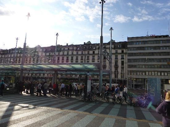 Hotel Les Arcades: 駅向かいのアーケードに入口