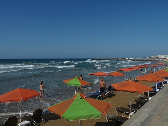 Gouves Sea and Mare Hotel & Suites : la plage : il; faut juste traverser la rue et on y est